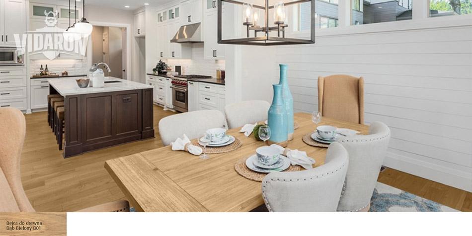 Biel i drewno w kuchni i jadalni