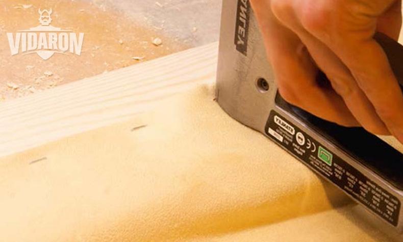 Mocowanie materiału do deski sosnowej za pomocą tackera