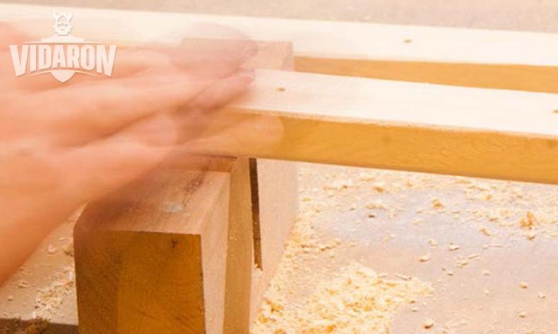 Szlifowanie drewnianych kantówek papierem ściernym