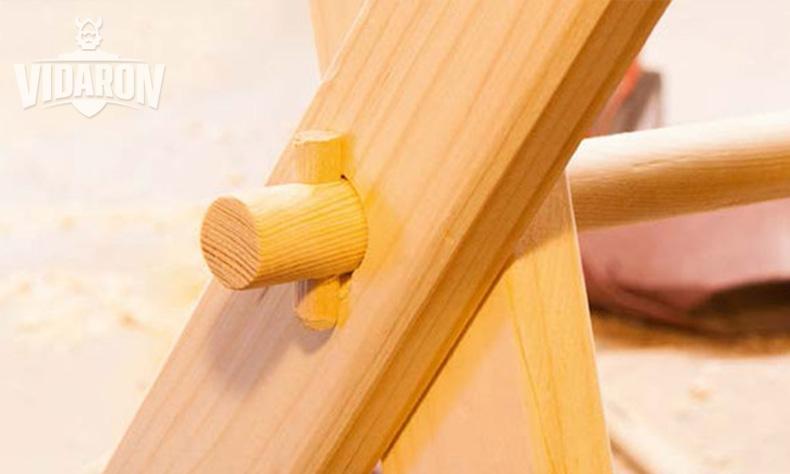 Montaż sosnowych kantówek za pomocą drewnianego wałka