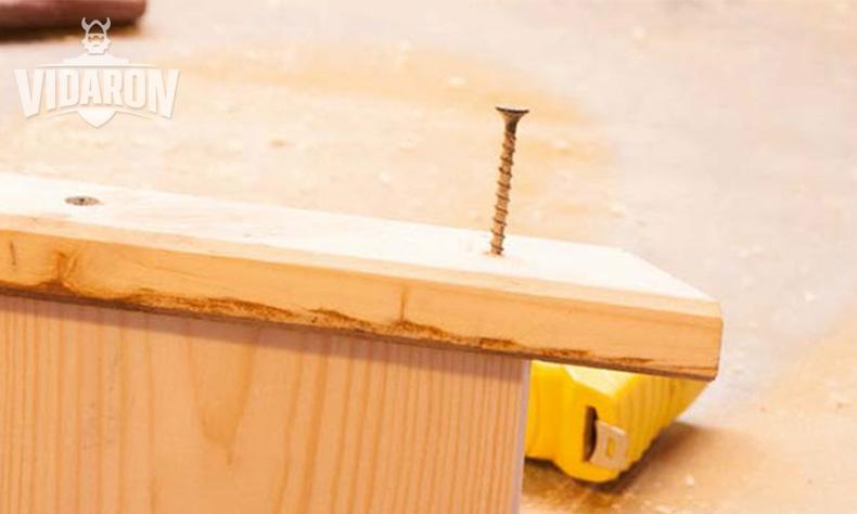 Skręcanie sosnowej deski z kantówkami za pomocą wkrętów